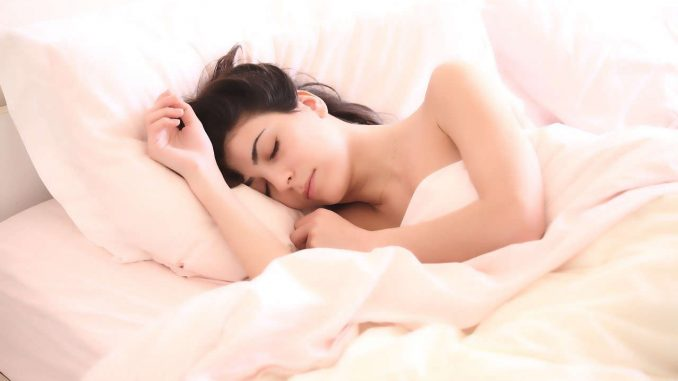 בחורה ישנה שינה טובה