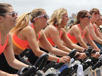 קבוצת נשים מתאמנת בספינינג